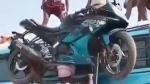 బైక్నే బస్సుపైకి తలపై మోసిన రియల్ బాహుబలి [వీడియో]