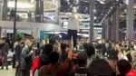 2021 షాంఘై ఆటో షోలో టెస్లా కంపెనీపై విరుచుకుపడ్డ యువతి [వీడియో]