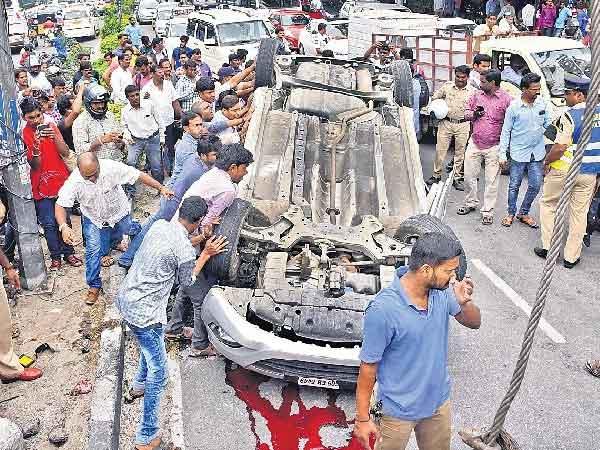 హైదరాబాద్లో మూడు పల్టీలు కొట్టిన కారు: వీడియో!
