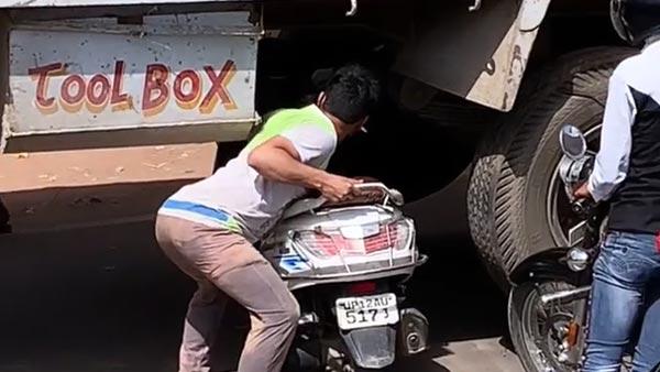 సోషల్ మీడియాలో తెగ చక్కర్లు కొడుతున్న వీడియో.. ఇంతకీ ఇందులో ఏముంది