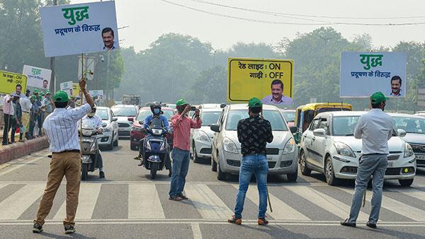 'రెడ్ లైట్ ఆన్ - గాడి ఆఫ్' ప్రారంభించిన ఢిల్లీ ప్రభుత్వం: ఇంతకీ ఇదేంటో తెలుసా..!!