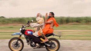 సద్గురు మరియు రామ్దేవ్ బాబాల బైక్ సవారీ