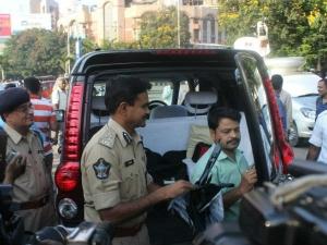 హైదరాబాద్: కార్లకు సన్ ఫిల్మ్లు తొలగించకుంటే జరిమానా