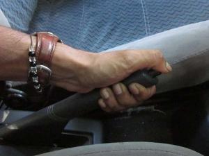 మ్యాన్యువల్ ట్రాన్స్మిషన్లో డ్రైవ్ చేస్తున్నపుడు ఇవి చేయకండి