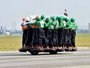 ఒక్క బైకు మీద 58 మందితో ప్రపంచ రికార్డు: ఇండియన్ ఆర్మీ