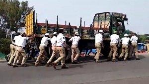 రహదారిపై ఉన్న ట్రక్కును నెట్టిన హైదరాబాద్ పోలీసులు : ఎందుకంటే...?