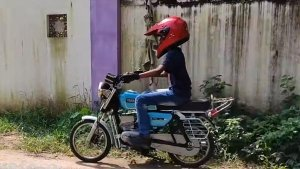 కేరళ యువకుడు తయారుచేసిన యమహా RX 100 మినీ మోడల్.. మీరు చూసారా..!